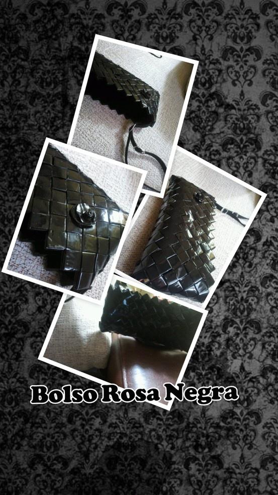 El bolso Rosa Negra es un bolso perfecto para una salida, digamos, especial. Tiene una rosa negra de cerámica en el frontal y cinta de cuero, con pasadores de anilla de refresco de cola. Sus dimensiones son 20 x 9,5 x 2 cms. (largo x alto x ancho).