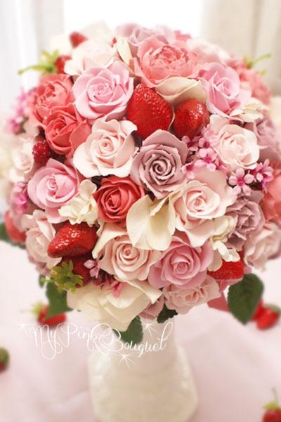 013//イチゴのラウンドブーケ//こちらは、カラードレス用ラウンドブーケ。小さめのローズを様々な種類、様々なピンクで作りまとめています