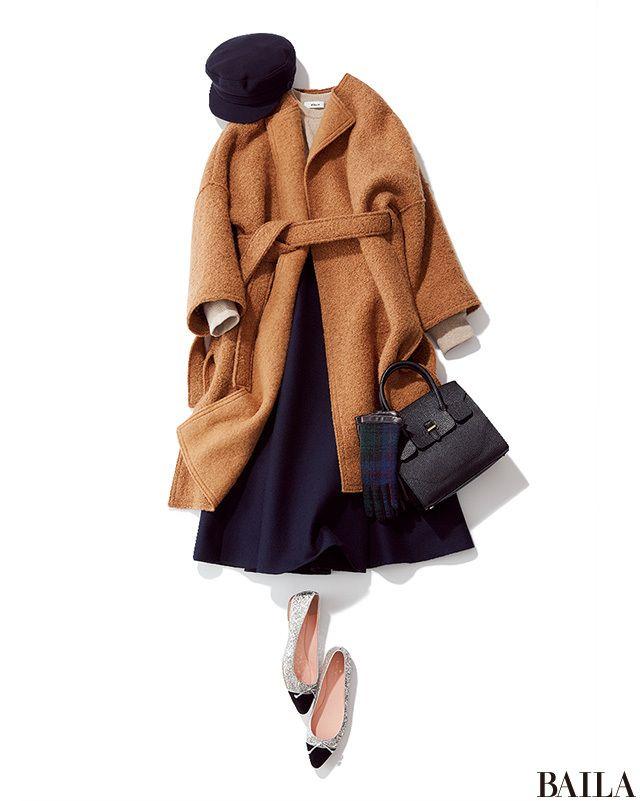 """親戚や知り合いに会う予定がある新年の始まりは、きちんと感の高い着こなしで。とはいえ、あまり堅苦しいコーディネートもトゥーマッチ。リラックス感のあるベージュニットにきれいめなネイビーフレアスカートを合わせた""""ゆる華""""スタイルが正解です。ガウンコートと華やかなバレリーナシューズを合わ・・・"""