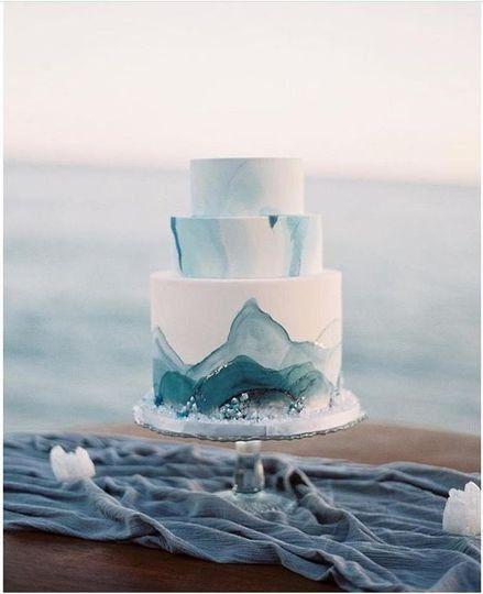 Strand Thema Hochzeitstorten – Hochzeitstorte + blaues Wasser Farbe Dekor {Vanilla Bake …   – Wedding Cakes