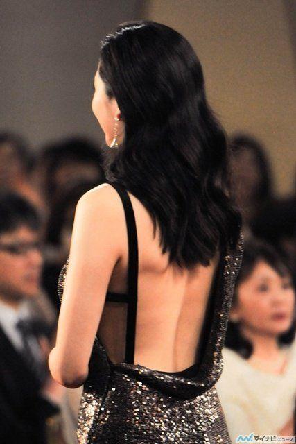 女優の長澤まさみ(28)が4日、東京・品川のグランドプリンスホテル新高輪にて行われた第39回日本アカデミー賞授賞式に出席し、露出度の高いセクシー衣装で会場の視線を釘付けにした。