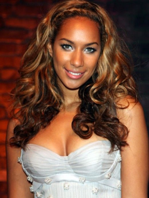 Leona Lewis with curly two-tone brown and blonde hair. Two-tone hair color ideas. honey caramel