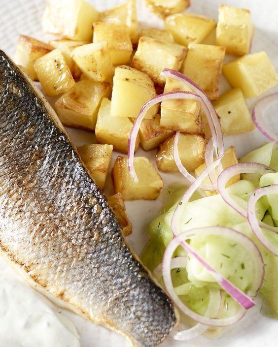 Een klein beetje Scandinavië op je bord, met een stukje gebakken zeebaars met daarbij een komkommerpickle met dille en geroosterde aardappelen.