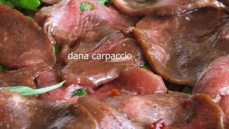 Dana carpaccio adından da anlaşılacağı gibi İtalyan mutfağına ait bir et yemeği. Dana bonfilenin çok ince ve az pişmiş bir şekilde hazırlanmasından oluşan carpaccio oldukça lezzetli bir et yemeği. Özellikle İtalyanlar carpaccio'nun eşsiz lezzetine bayılıyorlar. Türkiye'de de İtalyan mutfağını sevenlerin öncelikli tercihi olan carpaccio'nun yapılışı da son derece kolay.
