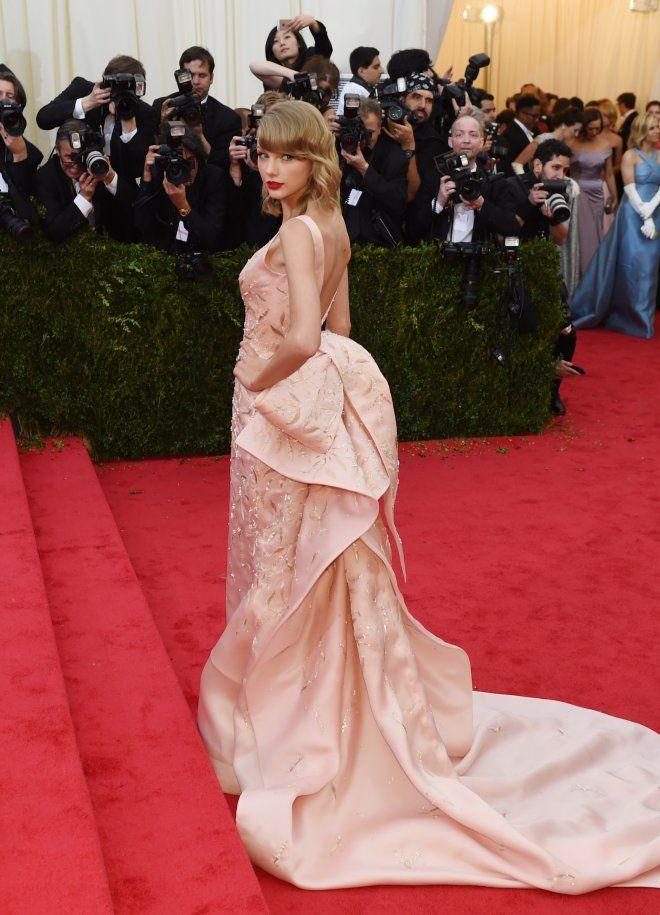 """Taylor Swift kam in einem atemberaubenden, roséfarbenen Kleid zum """"Costume Institute Benefit"""" im The Metropolitan Museum of Art."""
