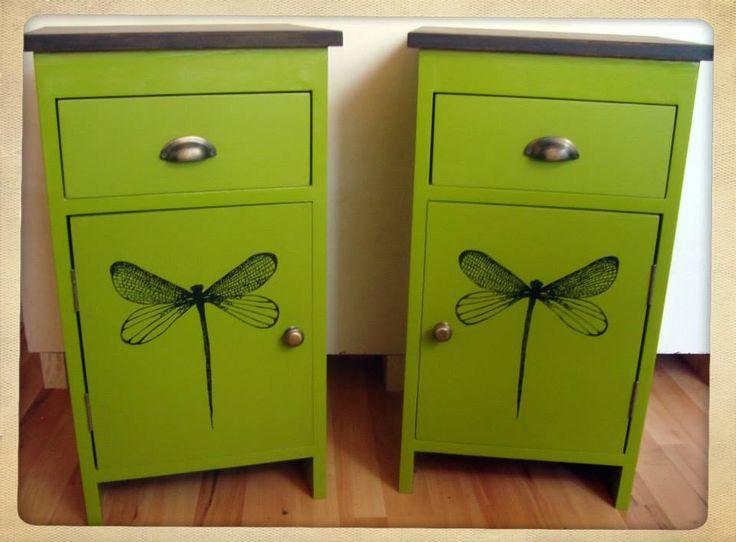 Mesitas de luz color verde manzana con dibujo de libelula y tapa de madera