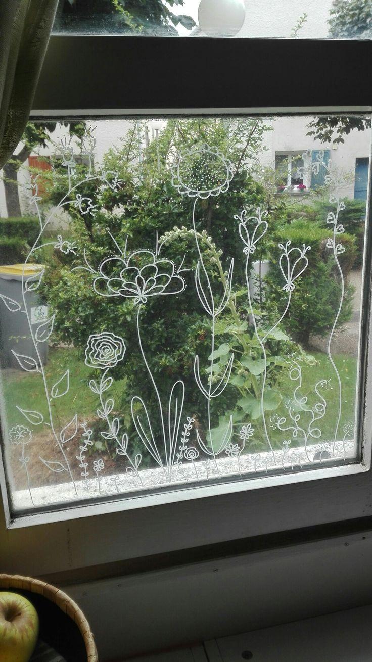 Fleurs au posca blanc, fenêtre de cuisine