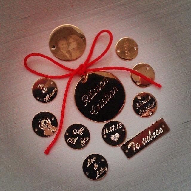 Modele de pandantive din aur 14k care se pot personalize cu nume sau mesaje alese de voi. Va plac?