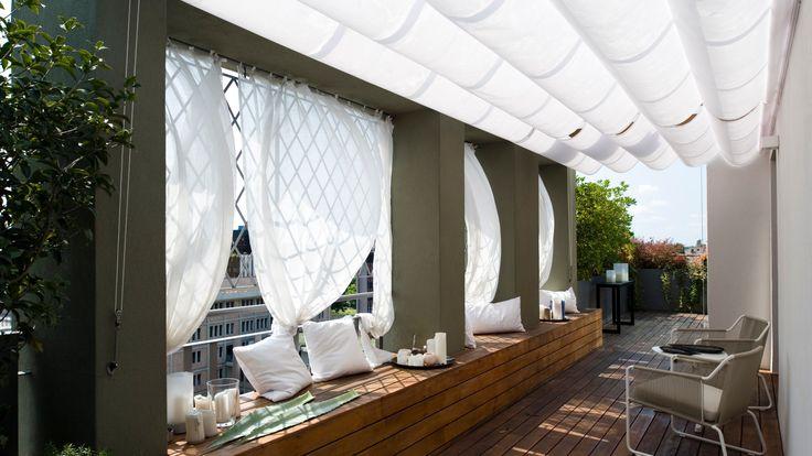 A pergola szinterezett alumínium szerkezete az egyik oldalon falra vagy mennyezetre rögzül, a másik oldalon lábakon támaszkodik. Esztétikus kiegészítője modern és antik épületeknek egyaránt
