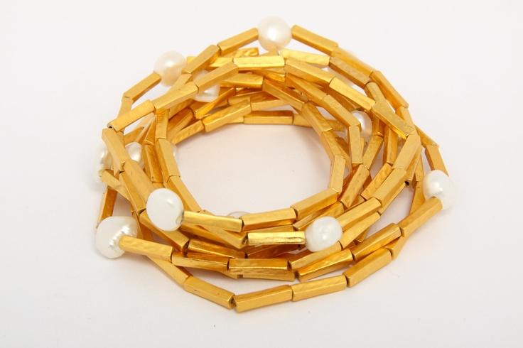 collar  multiuso  en peltre enchapado en oro de 24 K y perlas cultivadas. By Andrea Nontien.