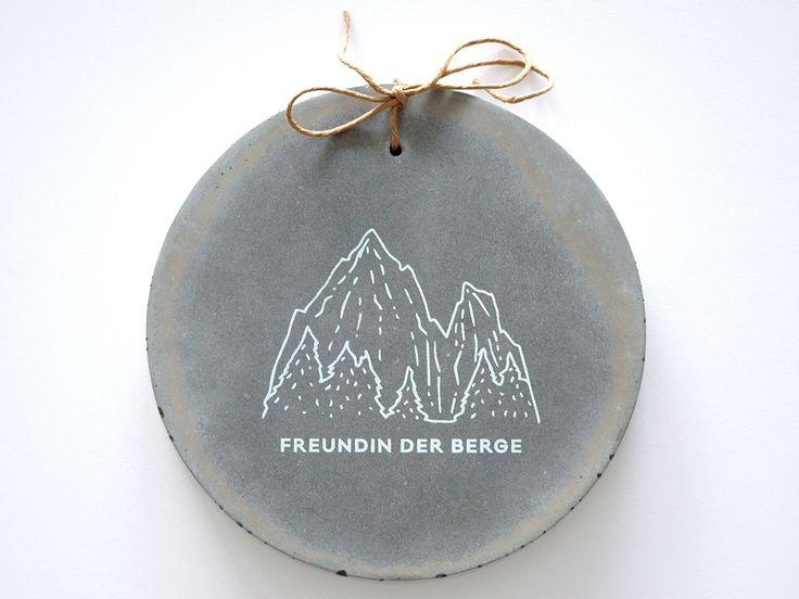 SIGN: White Silkscreen on Concrete #siebdruck #silkscreen #schild #concrete #freundin #berge #handmade