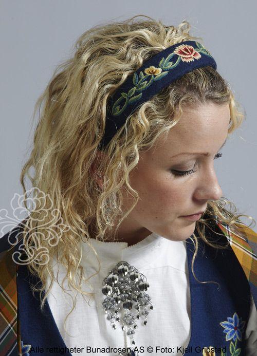 Håndbrodert hårbøyle til blå Nordlandsbunad. Kan bestilles i vår nettbutikk.