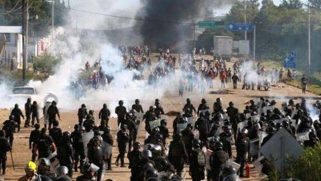 MEXICO: ASESINAN A SEIS MAESTROS EN PROTESTA CONTRA REFORMA EDUCATIVA NEOLIBERAL    Seis muertos y 50 heridos en choques entre maestros y policías en Oaxaca México Muertos durante terror policial en Oaxaca. Los fallecidos recibieron impactos de balas por parte de la policía que desalojó a los maestros de la CNTE en Nochixtlan Oaxaca. Terror policial contra maestros en Oaxaca. En Nochixtlán Oaxaca la policía federal reprime al magisterio y a la población que mantenían barricadas para impedir…