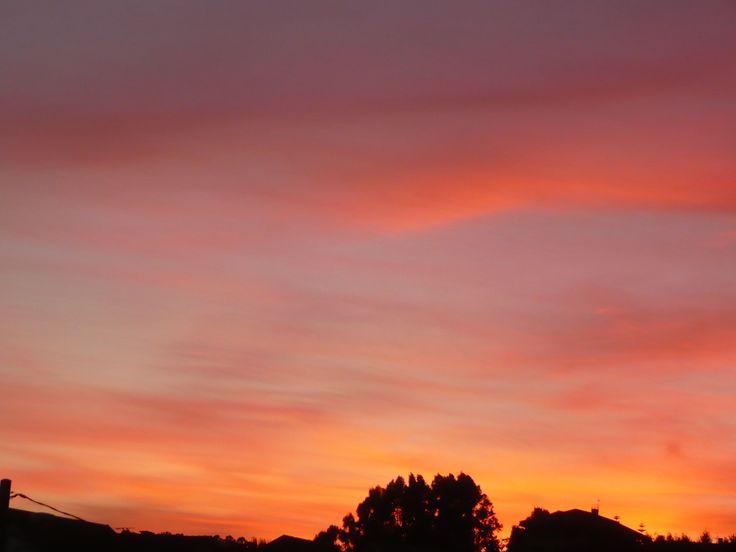 'Anochecer rojo' es la fotografía enviada por Merchy Malvido. Imagen de los últimos días del verano en Moaña.