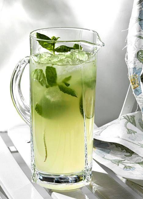 Limetistä, mintusta, sokerista, rommista ja kivennäisvedestä syntyy raikas mojito-drinkki.