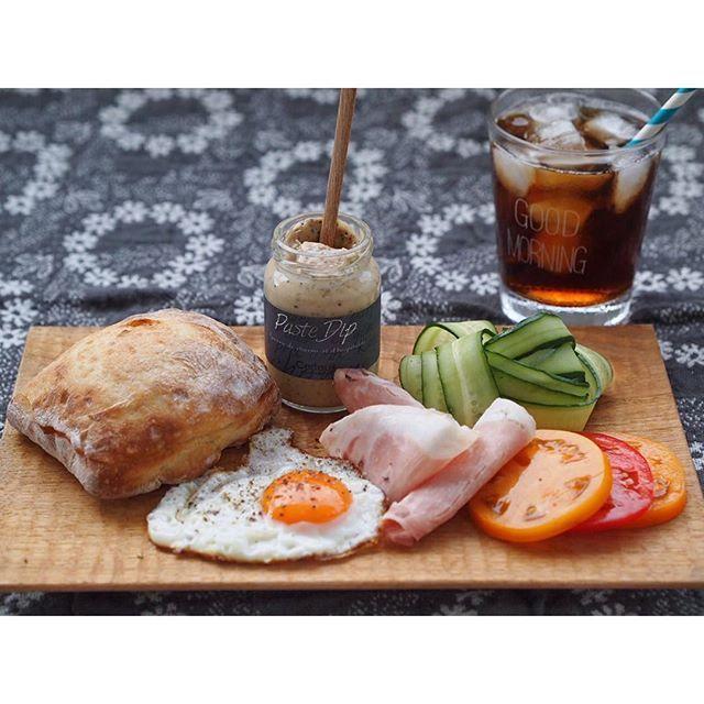 ٩(๑´0`๑)۶おはよーー! ・ ・ キャンペーンで送っていただいた#セルフィユ軽井沢 さんのマヨネーズディップを使ってサンドイッチな朝ごはん。 仕事なのに、ガーリックペッパーのディップをチョイスしてしまったよ(。-∀-) ・ ・ パンにディップをたっぷり塗って、キュウリ、ハム、トマト、目玉焼きを挟んでガブリ… ・ ・ !!!!!!! ・ ・ このディップ、めちゃくちゃ好み! 濃いめの味になっているから、サンドイッチにしても味がボケないし、あっさりした食材ばかりでも、しっかり食べた感がある。 いろんなアレンジができそうでワクワクする! ・ パッケージも素敵だから、ちょっとしたお祝いにも良さそう◎ ・ #tablewithcerfeuil