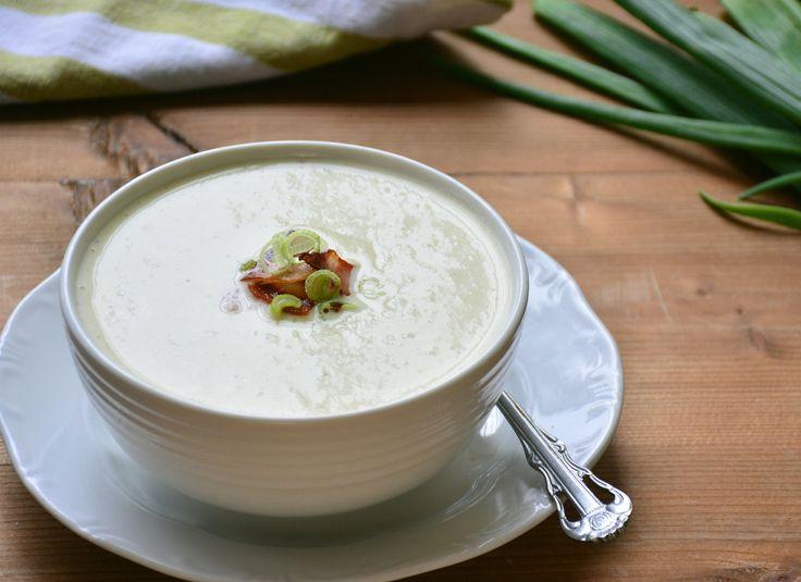Pikáns újhagyma leves krémsajttal és bacon chipsszel recept. Válogass a többi fantasztikus recept közül az Okoskonyha online szakácskönyvében!