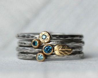 Dieses Angebot gilt für einen Satz von zwei blauen Diamanten, 18k gold und Sterling silber Leaf Stapeln Ringe. Blau glitzernden blaugrün Diamanten inmitten reichen 18 k gelb-Gold. Sterling Silber 1,6 mm Bänder mit der Textur und Ziel Ihrer Wahl. Eine süße kleine 18-Karat-Blattgold vervollständigt den Satz. Details: Haarreif – 1,6 mm Sterling silber Diamanten – Konflikt frei, 2mm und 2,5 mm – blaugrün-blau Silber und Gold – umweltfreundlich, Recycling Textur – gehämmert Fertig – wählen Sie I…