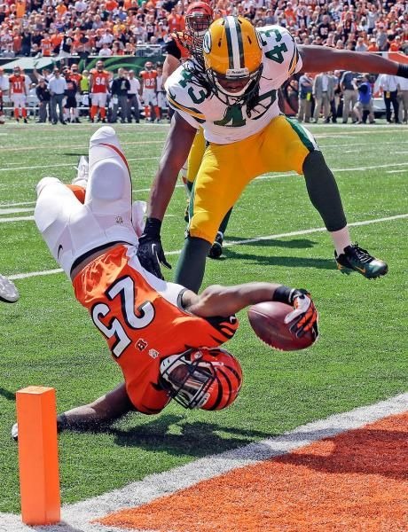 Cincinnati Bengals running back Giovani Bernard (25) dives into the end zone past Green Bay Packers free safety M.D. Jennings