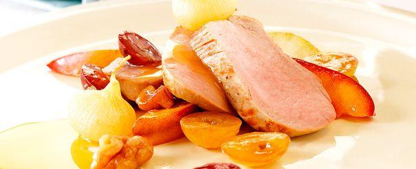 Helstekt svinefilet med fruktig tilbehør og appelsinsaus