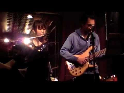おはようございます。 10/8-9の横濱ジャズプロムナード出演者からの選曲、一昨日・昨日と、初日ベスト:遠藤定トリオ、二日目ベスト:ドック・イン・アブソリュートを流しました。ついでに、もう一人、流してみましょう。 今朝の一曲は横濱ジャズ初日に出演した小川恵理紗さん。ちょっと変わった吹き方、ボイパフルート(フルートを吹きながら同時にボイスパーカッションをするBeat Boxing Flute)だそうです。この動画は木村耕平さんのスラップベースとのコンビネーション。 小川恵理紗さんは第三回ちぐさ賞受賞。(第二回は遠藤定さんでした)