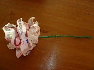 Maak van papiergeld een mooie roos.