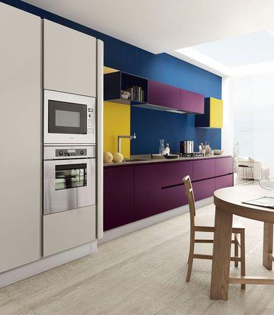 Cozinha branca, mas com módulos na cor vinho, paredes em petróleo e toques de…