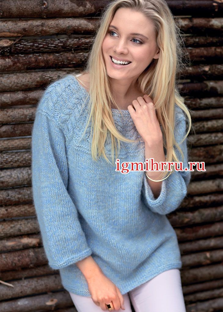Голубой пушистый пуловер с кокеткой из кос. Вязание спицами