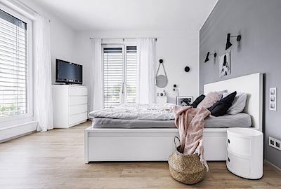 S jednoduchým a strohým designem postele z Ikea jsou majitelé spokojeni. Celkový dojem severského stylu dotvářejí noční stolky značky Kartell, svítidla Louis Poulsen, věšáky Dots od Menu.