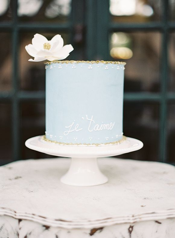"""Pretty one tier blue wedding cake that reads """"je t'aime"""""""