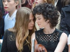Cara Delevingne and St Vincent have a total love in on the Burberry FROW