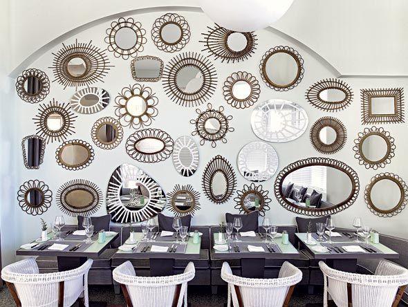 sala principale del ristorante, con la parete foderata di specchi ...