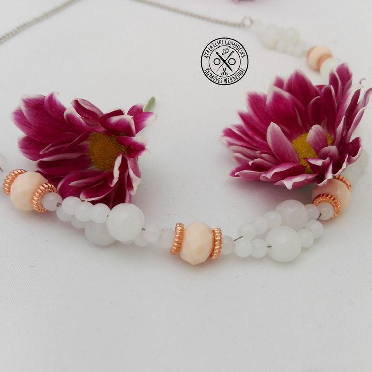 Opál fehér gyöngynyaklánc rosegolddal - 2390 Ft  Gyöngynyaklánc rosegold, antikolt ezüstszínű, opál fehér és krémszínű elemekből, csavart főzéssel. A nyaklánc hossza: 46 cm.