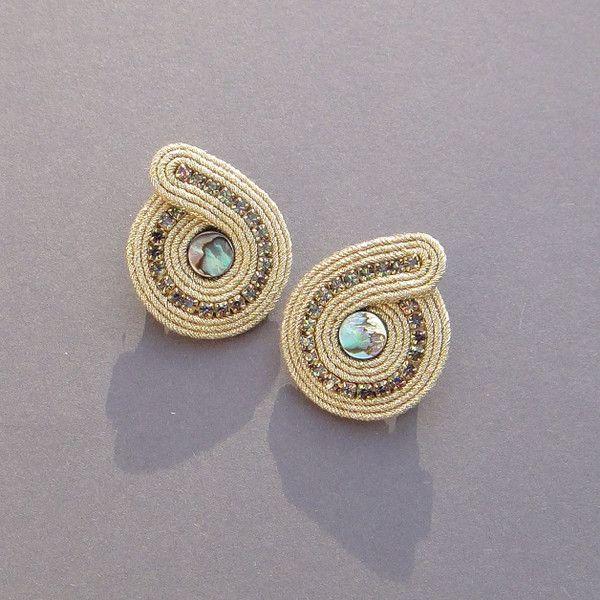 Złote runo - mini sztyfty z muszlą Paua - BlueButterfly-bizu - Kolczyki wkrętki
