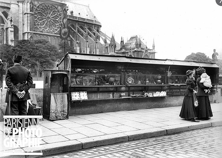 Boîtes de bouquinistes, quai de Montebello à Paris vers 1914. Une photo de © Albert Harlingue/Roger-Viollet.
