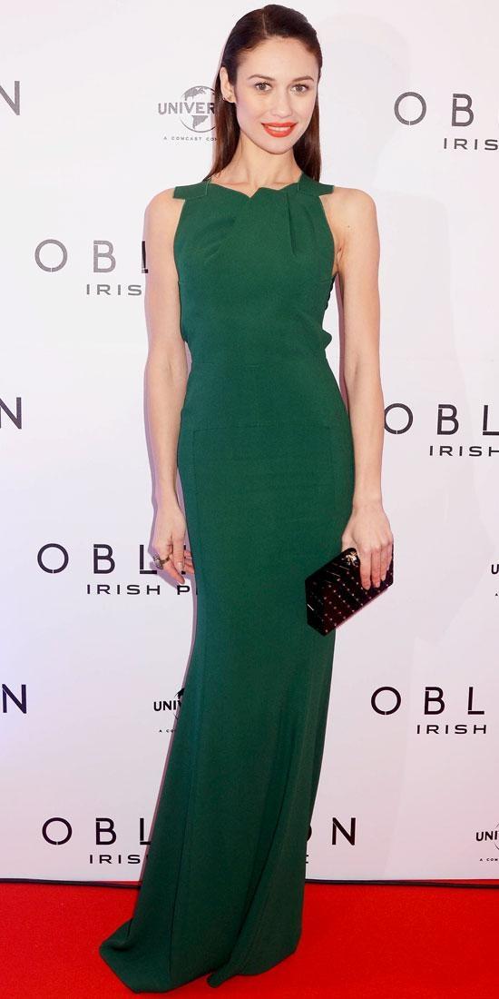 Olga Kurylenko in stunning emerald (#coloroftheyear) Roland Mouret gown
