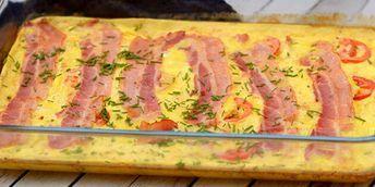 Vildt lækker æggekage med bacon og tomater - hele herligheden laves i ovnen, så det er vanvittigt nemt.