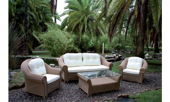 Le presentamos este fabuloso conjunto de jardín de Majestic Garden para disfrutar del buen tiempo con su familia y amigos.Está compuesto por mesa baja, un sofá de tres plazas y dos sillones, fabricados en ratán sintético, el cual le garantiza una mayor durabilidad y comodidad en limpieza.