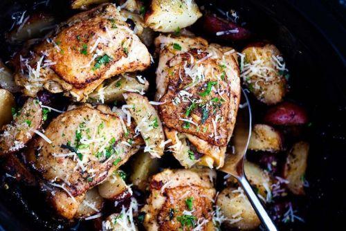 C'est une des bonnes recettes de poulet à la mijoteuse. Très goûteuse, très facile à faire et un repas complet pour toute la famille :)