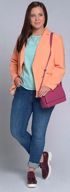 Розовый плащ, оранжевый кардиган, бирюзовая блузка, темные джинсы, бордовые ботильоны