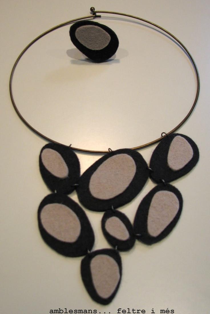 Collaret rígid i anell amb peces de feltre