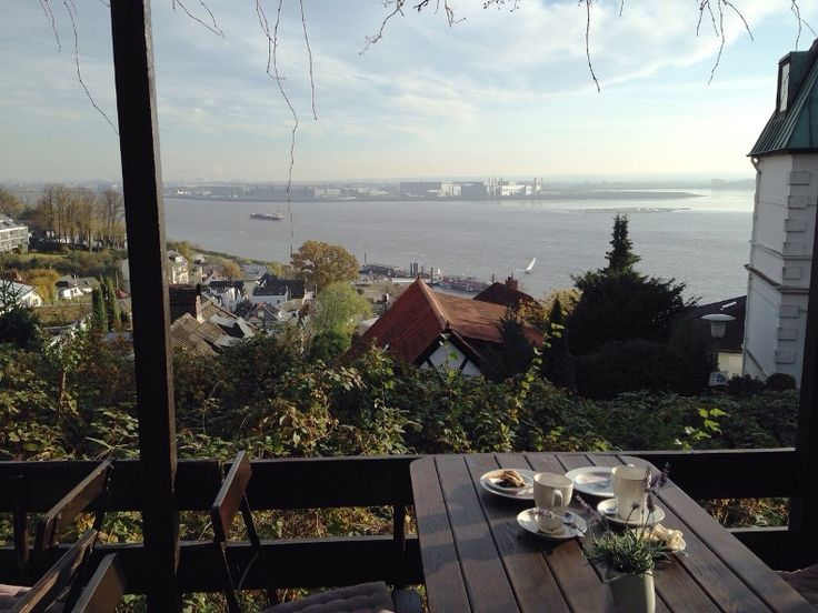 Café in Blankenese über den Dächern von Hamburg - schönster Ort und Insidertipp