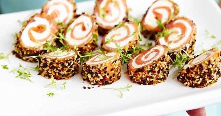 Laxrullar med rökt lax och färskost, rullade i wasabi och sesamfrön. Laxrullarna kan serveras både kalla och varma.