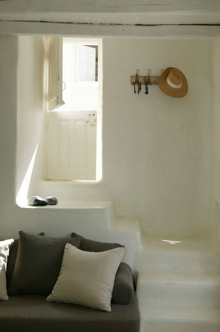 Pour aborder le wek-end sereinement, avec comme d'habitude des envies de vacances, voici quelques clichés d'une magnifique maison déco située en Grèce, à T