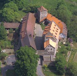 het kasteel heet Burf Fürsteneck het ligt in Duitsland tussen de steden Fulda en Bad Hersfield de familie die er heeft gewoond is August Strau het komt uit 1200