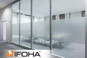 Sichtschutz am Fenster mit selbstklebenden Sichtschutzfolien bewahren die persönliche Privatsphäre. Sichtschutzfolien lassen sich nachträglich auf nahezu jede Glasfläche in Fenstern und Türen nachrüsten und sind deutlich preisgünstiger als das Glas zu tauschen. IFOHA liefert Sichtschutzfolie fertig auf Wunschmaß zugeschnitten, mit kostenlosem Verklebe-Werkzeug und einer detaillierten Verklebe-Anleitung. Ob unifarben in Weiß, Mehrstufen Ätzeffekt PRIVADO oder farbige DESIGNO Sichtschutzfolie…