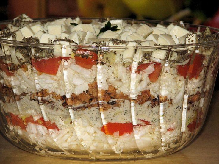 Sałatka z kapusty pekińskiej, mielonego mięsa i mozzarelli