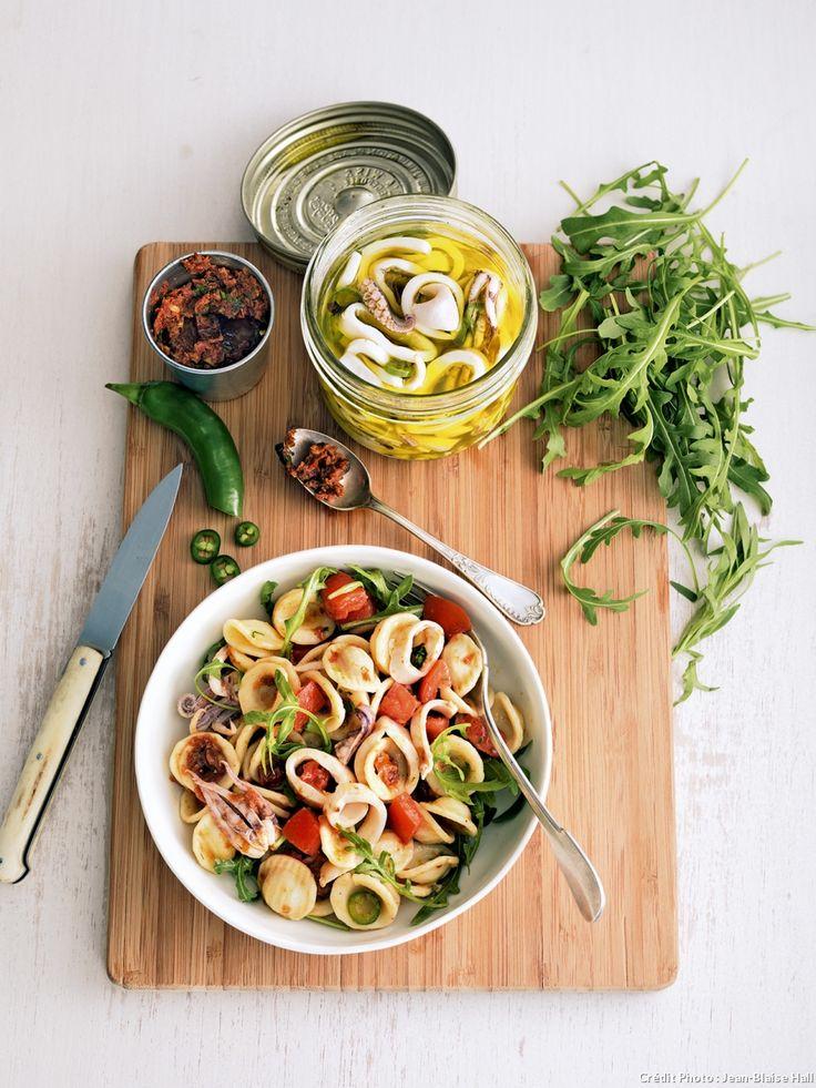 Recette de salade d'orecchiette au pesto rouge et aux calamars marinés.