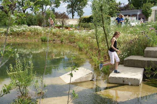 Spelen rondom de natuurlijke vijver, de buurtoase.
