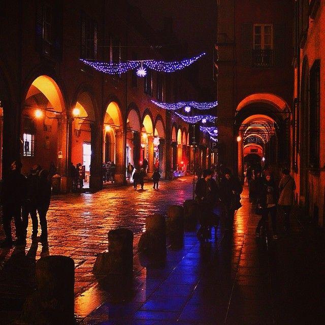 Instagram Feed foto di twiperbole Magnifico gioco di luci in quel di Strada Maggiore che crea un'atmosfera davvero suggestiva. #bologna#mybologna#twiperbole